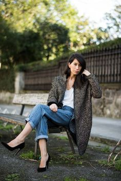 Casual style. Relaxed jeans, maxi coat and white t-shirt. Blogger Adriana Lindo. Photographer Ángel Robles Robles.
