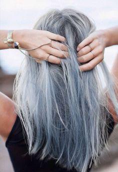Edit: Lian Deze haar post is geschreven voor iedereen die wel eens een verkeerde kleur heeft gekregen na een verfbeurt. Wat een hels moment als je het verschrikkelijke eindresultaat bekijkt in de spiegel! Ik (Lian) heb inmiddels alle kleuren van de regenboog als haarkleur gehad en ik weet inmiddels ook alle trucjes om permanente haarverf …
