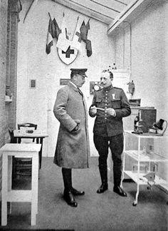 Le Duc de Vendôme, lieutenant, avec le pharmacien principal Logeot de l'hôpital Élisabeth à Calais. [Médecins de la Grande Guerre].