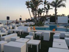 Mobiliario blanco para exterior #piscina #exterior #outdoor #chillout #evento #puff #mesa #mobiliario #mediterraneo Chill, Dining Table, Table Decorations, Exterior, Furniture, Home Decor, Swiming Pool, Environment, Couches