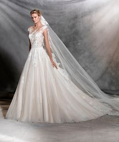 Ofelia es un vestido de novia de estilo princesa que evoca a la primavera. Un modelo que posee una gran cantidad de tejidos combinados para crear la pieza.