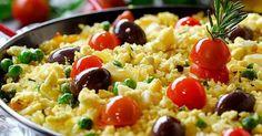 Arroz de Bacalhau Ingredientes: - 3 postas de bacalhau demolhado; - 1 cebola; - 6 dentes de alho; - 50 gramas de margarina; - piripiri em pó e sal q.b.; - 1 folhas de louro; - 1 latas pequena de tomate pelado; - 300 gramas de arroz; - 2 colheres de