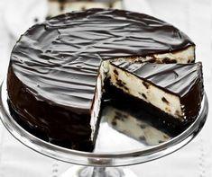 Az Oreo kekszről biztosan mindenki hallott, hiszen manapság nagyon felkapott ez a tejes krémmel töltött kakaós kekszcsoda, mely rengeteg rajongót tudhat magáénak. Ebből kifolyólag már számtalan receptnek adott ihletet. Ha te is szívesen készítenél egy Oreos süteményt a családnak, akkor próbáld ki a sütés nélküli, rendkívül könnyű receptünket. Hozzávalók: – 10-12 db Oreo keksz – … Oreo Cake, Cake Cookies, Sweet Desserts, Confectionery, Winter Food, Cookie Recipes, Food To Make, Food And Drink, Favorite Recipes