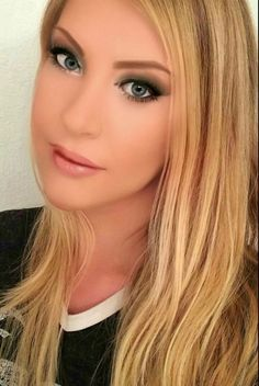 Model Amanda J Penn AJ Penn Beautiful makeup, eye makeup lipgloss. Natural blonde highlights. Natural hair.