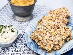 Knaprigt fröknäcke. Hummusen och den syrliga och fräscha ostkrämen passar perfekt på knäckebrödet.