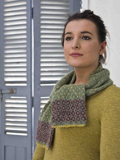 Little Circles Scarf Knit this ladies accessory scarf from Easy Fairisle Knits. Designed by Martin Storey using the gorgeous yarn Felted Tweed DK (wool), this eye-catching short scarf has a fairisle circular pattern at each end.