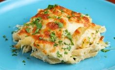 Cheesy Chicken Alfredo Pasta Bake Servings: 6 - 8 INGREDIENTS 1 tablespoon olive oil 3 chicken breasts, cubed Salt and pepper to taste 4 garlic cloves, minced 2 ½ cups chicken broth 2 ½ cups heavy cream 1 pound uncooked penne 2 cups parmesan 2 cups Baked Chicken Pasta Recipes, Chicken Pasta Bake, Shredded Chicken Recipes, Cheesy Chicken, Chicken Casserole, Casserole Recipes, Lasagna Recipes, Recipe Pasta, Stuffed Chicken