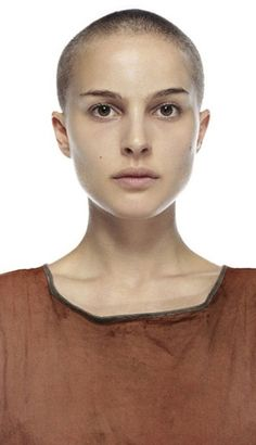 Potential Halloween Costume - Evey Hammond from V for Vendetta (Played by Natalie Portman) Natalie Portman Shaved Head, Natalie Portman Short Hair, V Pour Vendetta, Vendetta Film, Lesbian Hair, Shaved Head Women, Nathalie Portman, Shaving Your Head, Shave My Head