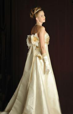 オフホワイトのシルクミカドとシャンパンゴールドのシルクサテンの洗練された大人っぽい組み合わせのAラインドレス