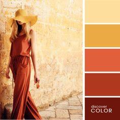 Chica usando un palazo de color marron con un sombrero de color amarillo mientras va caminando por las calles