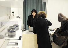 Maria Andrea Lems führt den Concept Store Neat Corner Shop im Wiener Stuwerviertel. Sie setzt auf Schmuck, Accessoires und Ledertaschen.