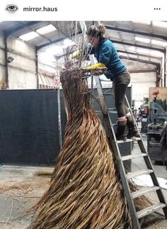 Artist Fills Forest with Life-Size Sculptures Made From Woven Willow – The ancient art of basket weaving is believed to be one of the widest spread crafts in… Driftwood Sculpture, Outdoor Sculpture, Outdoor Art, Sculpture Art, Mermaid Sculpture, Twig Art, Willow Weaving, Environmental Art, Ancient Art