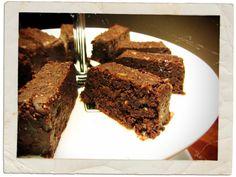 Oh wat zijn deze brownies lekker! Ze zijn echt in no-time klaar, hoeven niet gebakken te worden en zijn ook nog eens supergezond! Gezond vanwege de rauwe cacao en de walnoten. Er is al zo veel over deze zogenaamde superfoods te vinden op internet dat het niets toevoegt om dat hier te herhalen. Probeer onderstaand …