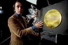 10 célebres cientistas com posicionamentos políticos surpreendentes! - Carl Sagan ao lado de uma réplica da sonda Voyager – O maior divulgador científico de todos os tempos era usuário de maconha e a favor de sua liberalização.