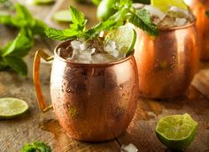 A Moscow Mule sounds anything but light, but this favorite comes in well under 150 calories! (via Eat This) Drinks Com Vodka, Bourbon Drinks, Alcoholic Drinks, Beverages, Moscow Mule Drink, Moscow Mule Recipe, Moscow Mule Ginger Ale, Summer Cocktails, Cocktail Recipes
