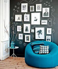 Paredes com tinta de quadro negro ficam bem mais interessantes quando bem decoradas! <3