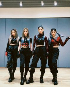 Kpop Girl Groups, Korean Girl Groups, Kpop Girls, Black Mamba, Stage Outfits, Kpop Outfits, Poses, New Girl, Pop Group
