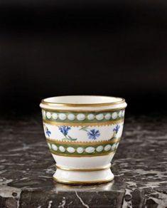 Sèvres. Coquetier en porcelaine tendre provenant du service à perles et barbeaux de Marie Antoinette. XVIIIe