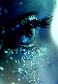 Image shared by Aline Lii. Find images and videos about blue, makeup and eyes on We Heart It - the app to get lost in what you love. Gif Kunst, Behind Blue Eyes, Eye Art, Cool Eyes, Beautiful Eyes, Amazing Eyes, Shades Of Blue, Color Pop, Color Tones