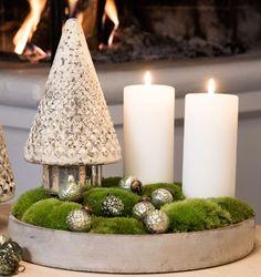 Juledekoration lavet i cermentfad fra Claus Dalby. Pynten er et glas juletræ og julekugler oven på mospuder. #inspirationdk #inspiration #jul #juledekoration #christmas #ClausDalby