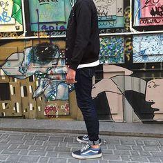 Vans Old Skool. Macho Moda - Blog de Moda Masculina: Vans Old Skool: Dicas de Looks Masculinos com o Sneaker pra Inspirar! Moda Masculina, Street Wear, Moda Skate Masculina, Roupa de Homem, Moda para Homens. jaqueta de Moletom preta Masculina, Calça jeans com Barra dobrada, Meia Invisível, Sockless, Tênis Vans Old Skool Azul