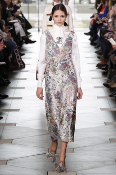 Runway / Tory Burch / New York / Herbst 2017 / Kollektionen / Fashion Shows / Vogue New York Fashion Week 2018, Fashion 2017, High Fashion, Fashion Show, Tory Burch, Elegant Outfit, College Outfits, Womens Fashion For Work, Dress To Impress