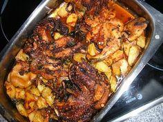 1 Kg de Polvo 1 Kg de Batatinhas 1 dl de Azeite 2 Cebolas 3 Dentes de Alho 2 Tomates Maduros 1 Pimento 1 Folha de Louro Malagueta e Pimenta q.b. 60 grs de chouriço  Coze-se o polvo. Descasca-se as cebolas e os alhos e cortam-se às rodelas... 1, Chicken, Meat, Fish Dishes, Roast Beef In Oven, Hardboiled, Olive Oil, Stuffed Calamari, Octopus Recipes