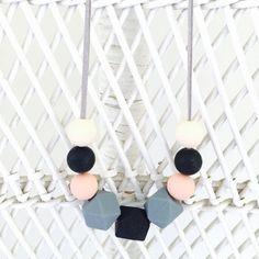 Ce collier de dentition/soins infirmiers silicone bébé a été conçu et fabriqué à la main. Parfait pour votre auto ou comme un cadeau de shower de bébé.  ✔️BPA gratuit Billes de silicone de %️ ✔100 ✔️Food grade sans danger ✔️No phtalates, cadmium ou des métaux Yahoo! nettoyé à l'eau et du savon à vaisselle Cordon de cuir ✔️faux ✔️Great sensoriel outil pour aider les bébés à se concentrer tout en soins infirmiers  Les commandes personnalisées sont disponibles si vous souhaitez des couleurs…