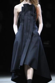 Architecture inspired fashion with structured pleat detail; sculptural fashion design // Yohji Yamamoto by jeanie