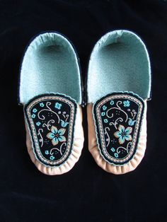 iroquois moccasins with raised beadwork womens stuff Native Beadwork, Native American Beadwork, Native American Crafts, Native American Fashion, Beaded Moccasins, Baby Moccasins, Beadwork Designs, Native Design, Iroquois