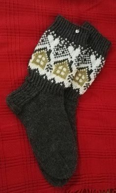 Mökkisukat | Kodin Kuvalehti Knitting Charts, Knitting Socks, Hand Knitting, Fair Isle Chart, Mittens Pattern, Wool Socks, Fair Isle Knitting, Crafts To Do, Craft Gifts