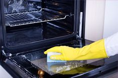 Cleaning your oven can seem like an arduous and unwelcome task. And, hey, it is fairly boring. But there are plenty of tips and tricks which can make cleaning the most forgotten part of the kitchen … Oven Cleaning Hacks, Toilet Cleaning, House Cleaning Tips, Deep Cleaning, Kitchen Cleaning, Glass Cleaning, Forno A Gas, Hardwood Floor Cleaner, Homemade Toilet Cleaner