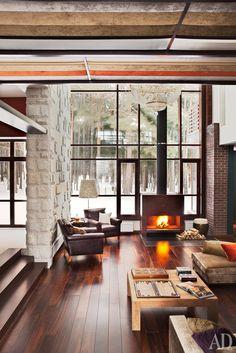 Гостиная. Камин сделан по дизайну архитекторов. Диван, Minotti. Возле него журнальный столик, Teak House.