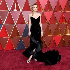Brie Larson wore an elegant black gown by @NYFW designer @oscardelarenta to present at the #Oscars last night. | : @gettyimages #NYFW #fashionweek via @fashion_week