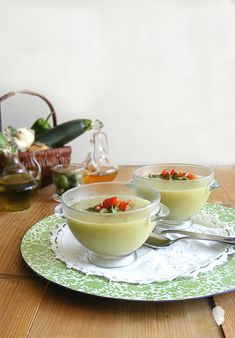 GAZPACHO DE CALABACÍN Y ACEITUNAS VERDES - Cogollos de Agua Olives, Kiss The Cook, Soups And Stews, Deli, Healthy Life, Panna Cotta, Food And Drink, Veggies, Vegetarian