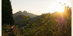 Photo of the Dentelles at sunset in the Vaucluse by @TableenProvence