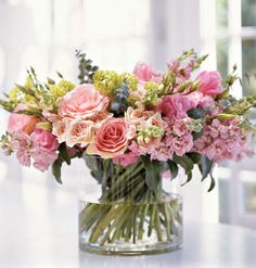 How to create a stunning (and simple) posy arrangement plucked directly from the garden. myhomeideas.com