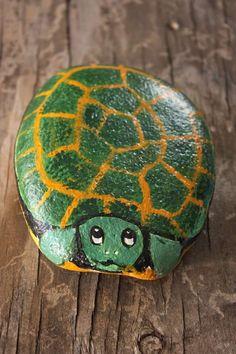 grüne Schildkröte auf Stein bemalt