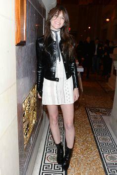 La frenchy Charlotte Gainsbourg a ébloui New York grâce à son look de rockeuse sixties signé Louis Vuitton par Nicolas Ghesquière. Décryptage.