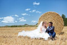 foto di matrimonio con balle di fieno #matrimonio #latina #fossanova  #frosinone #terracina #tempiodigiove #ristorantelacapannina #tramonto #sabaudia #sposi  #sposi #festa #sposa #sposo