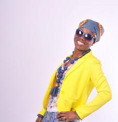 Doe eens gek. Een creatieve outfit met verschillende kleuren en stijlen. De hoofddoek en de rok komen uit Guinee, de ketting is gekocht op Ganvie, Benin. De top en zonnebril zijn Nederlands.