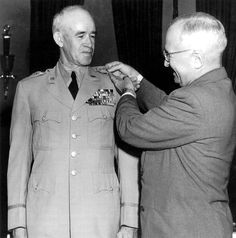 US President Harry Truman pinning the five-star general insignia onto Omar Bradley's uniform, 22 Sep 1950