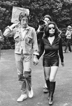 John Lennon and Yoko Ono stroll through New York city's Central Park. Les Beatles, John Lennon Beatles, George Beatles, Ringo Starr, John Lennon Yoko Ono, Jhon Lennon, El Rock And Roll, Beatles Photos, Idole