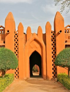 """Bambara Architecture in Segou, Mali """"In Segou, the Sudano-Sahelian mud architecture typical of West Africa takes on a different expression, largely due to the very red clay in the region. The style is. Architecture Antique, Art Et Architecture, Vernacular Architecture, Amazing Architecture, Beautiful Buildings, Beautiful Places, Trucage Photo, Architecture Organique, African House"""