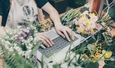 Faceless view of saleswoman in apron browsing laptop sitting at table with flowers in market. Diy Garden Projects, Garden Tools, Easy To Grow Bulbs, Song Sparrow, Website Features, Garden Fountains, Garden Shop, Gardening Supplies, Hydroponics