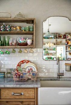 Cuisine campagne chic avec caisse en bois pour l'étagère ouverte http://www.homelisty.com/etageres-ouvertes-cuisine/