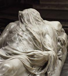 Posto al centro della navata della Cappella Sansevero, il 'Cristo velato' (1753) di Giuseppe Sanmartino è una delle opere più note e suggestive al mondo.
