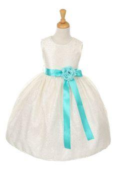 Floriana. Ivoren kinderbruidsjurkje van kant. Over het hele jurkje zit een mooie kanten laag en in de taille een satijnenband met bloem.