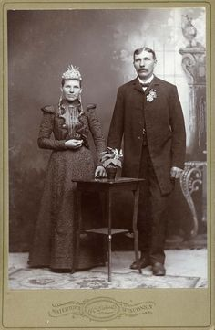 This is What Wedding Photos Looked Like in the Late Old Wedding Photos, Wedding Pictures, Old Photos, Colored Wedding Dress, Wedding Dresses, Black Bride, Photo Look, Here Comes The Bride, Wedding Photography