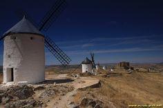 Les moulins et le chateau de Consuegra - Castille - Espagne